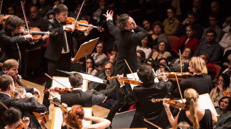 Dirigent Teodor Currentzis führt mit seinem Orchester- und Chorensemble am Luzerner Oster-Festival Verdis Requiem auf. | © Alexandra Muraviova