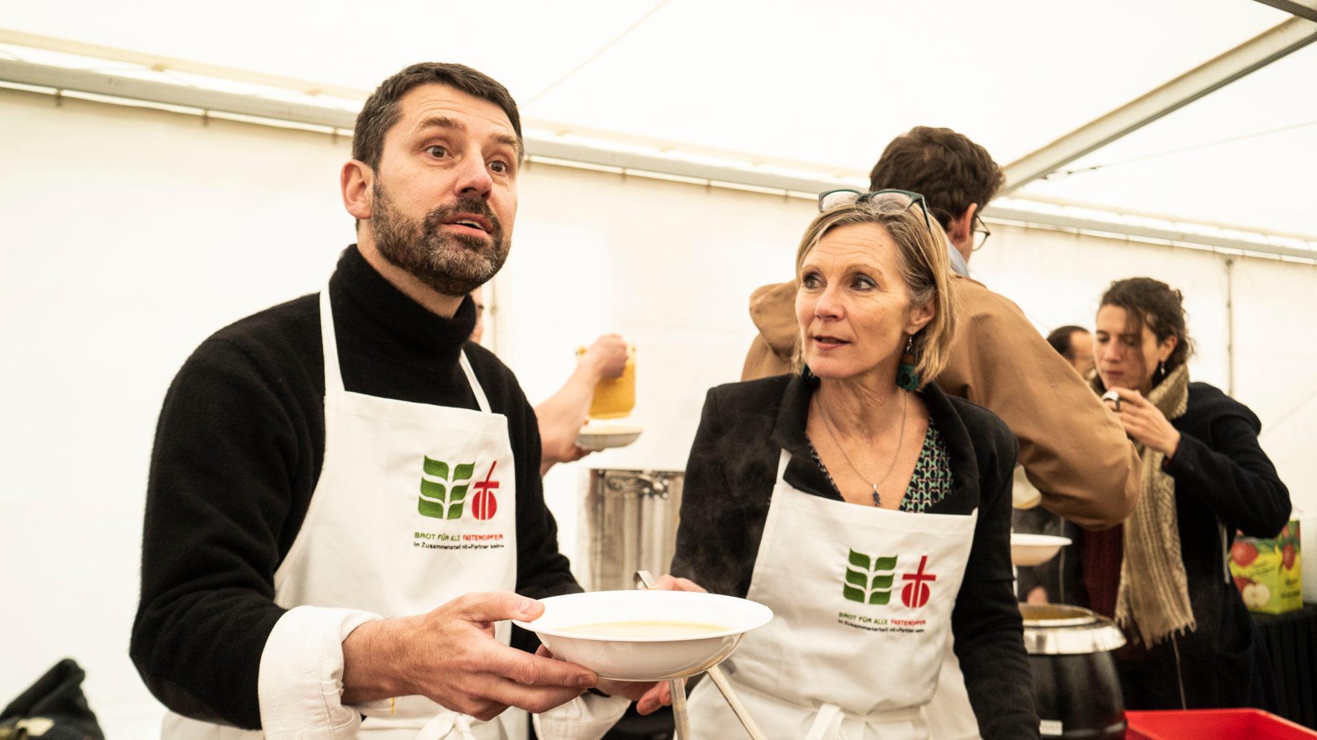 Gottfried Locher und Maya Graf verteilen Suppe | © Vera Rüttimann