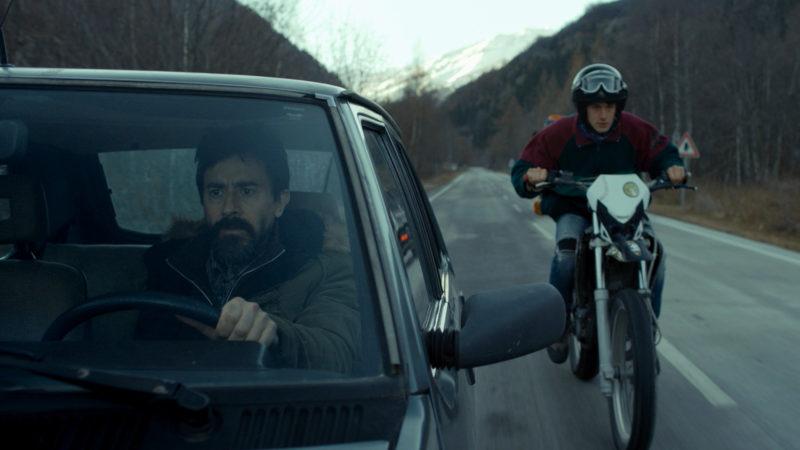 Sergio (auf dem Motorrad; Vincenzo Crea) fordert Cesare (Luigi Lo Cascio) heraus. | © Cineworx Gmbh