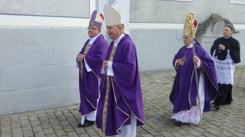 Peter Bürcher ging am 6. April vor Vitus Huonder - anlässlich der Priesterweihe in Schwyz | © kath.ch
