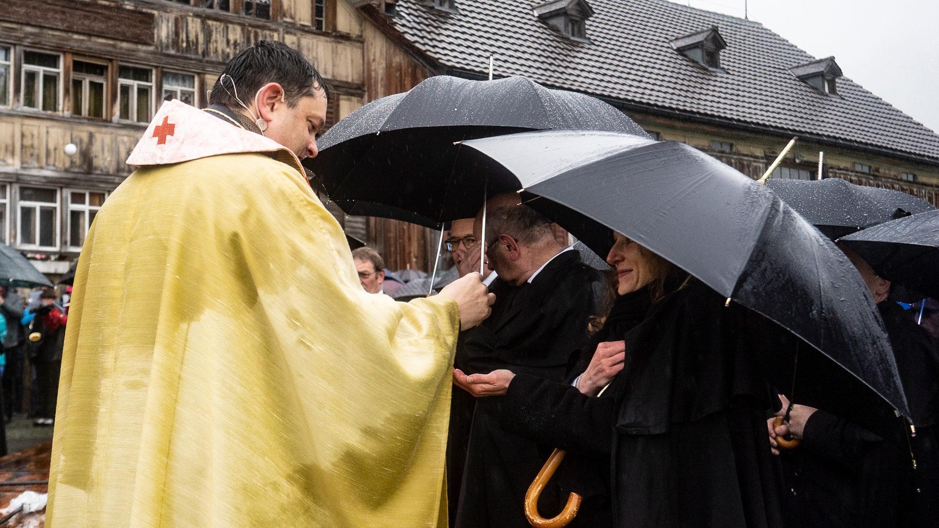 Eucharistiefeier mit Pfarrer Lukas Hidber an der verregneten Stosswallfahrt 2019. | © Vera Rüttimann