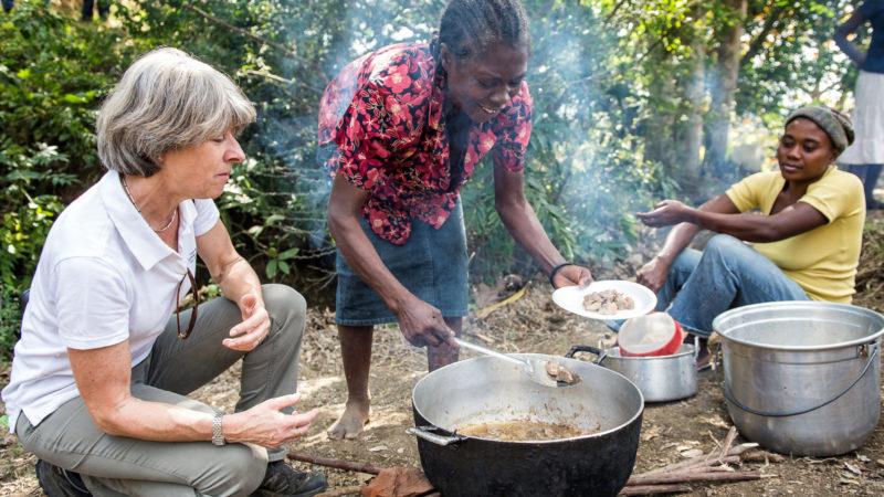 Annemarie Huber-Hotz beim Besuch eines Rotkreiz-Projektes in Haiti 2015. | © zVg