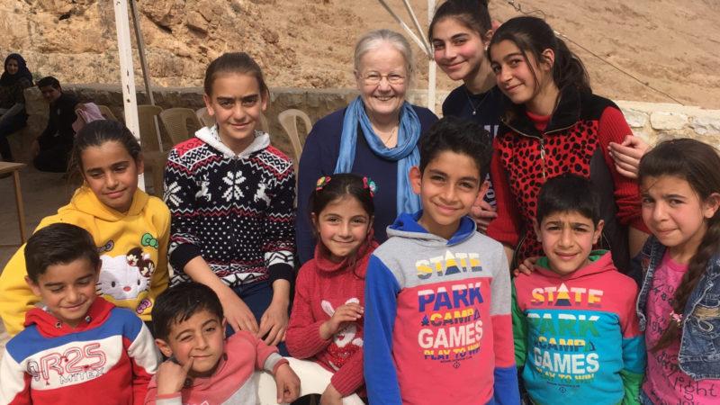 Eremitin Fabienne Bucher mit syrischen Kindern im Kloster Mar Musa | © zVg