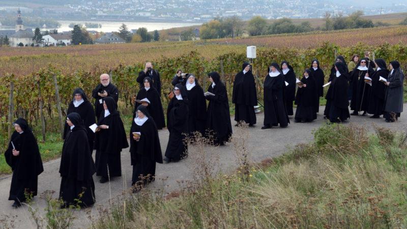 Prozession zu Ehren von Hildegard von Bingen in Eibingen am 1. November 2012 | © KNA
