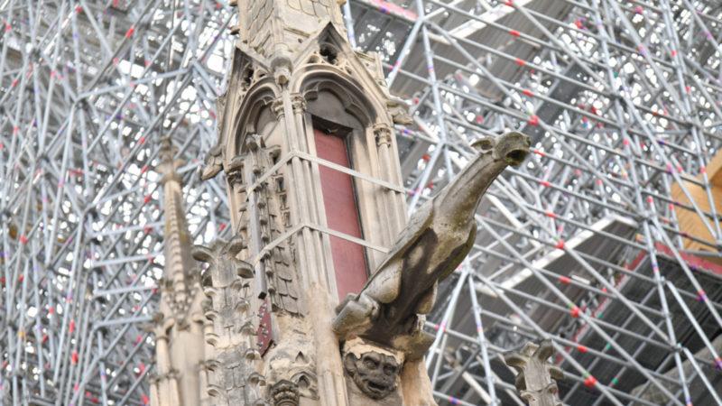 Wasserspeier in der Kathedrale Notre Dame vor ihrem Einsatz im ersten Gottesdienst nach dem Brand. | © Keystone