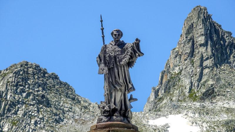 Statue des heiligen Bernhard von Menthon auf dem Kleinen Sankt Bernhard   © pixelio.de/Sandro Almir Immanuel
