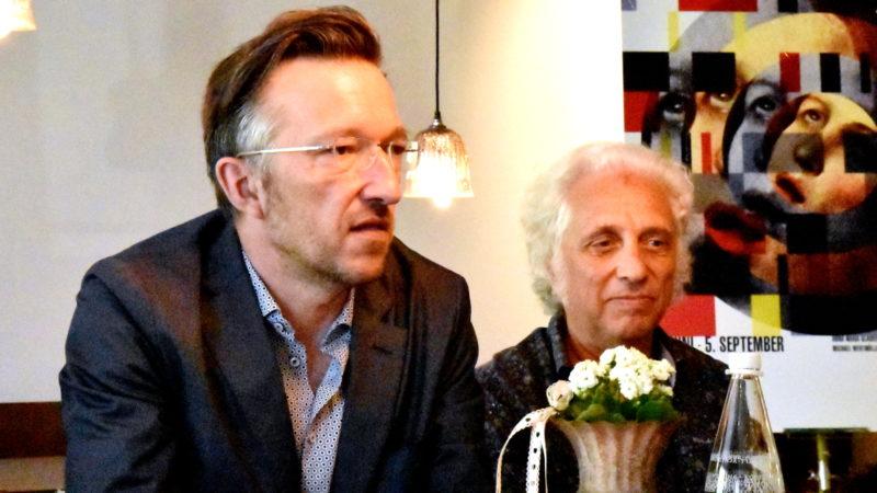 Autor Lukas Bärfuss (links) und Livio Andreina an der Medienkonferenz in Einsiedeln | © Barbara Ludwig