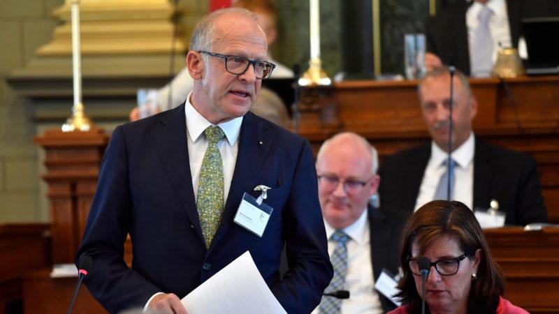 Administrationsratspräsident Martin Gehrer erläutert den Antrag zu den Beiträgen an die Sterbe-Hospize. | © Regina Kühne