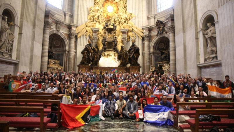 Die rund 250 Teilnehmerinnen und Teilnehmer des Jugendforums im Petersdom. | © zVg