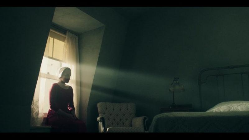 June (Elisabeth Moss) alleine in ihrem Zimmer im Haus des Kommandant Fred Waterford. Filmbild aus «A Handmaid's Tale» | © Hulu
