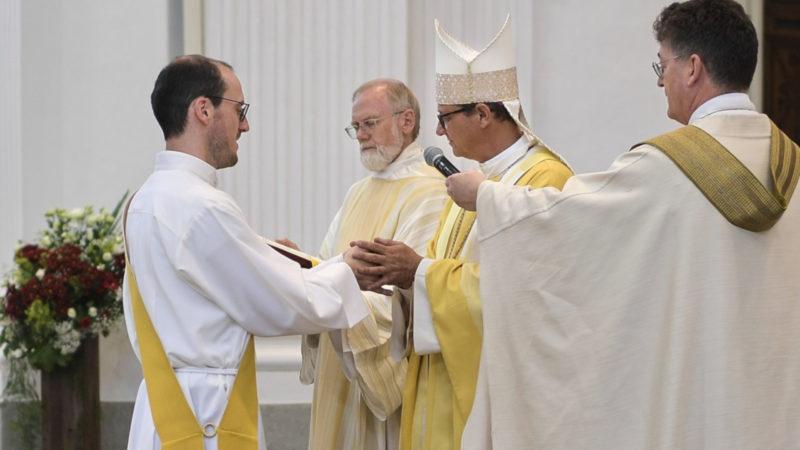 Pascal Eng (l.) wird zum Priester geweiht | © zVg