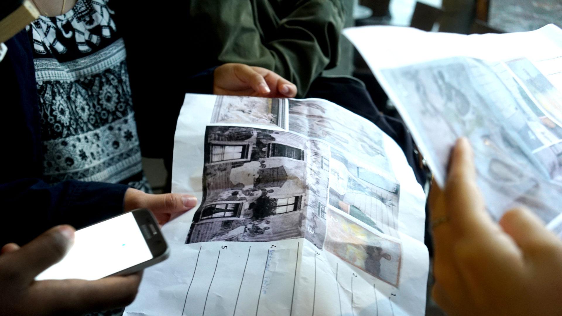 Teilnehmer studieren den Plan für den Luz-Trail. | © Vera Rüttimann
