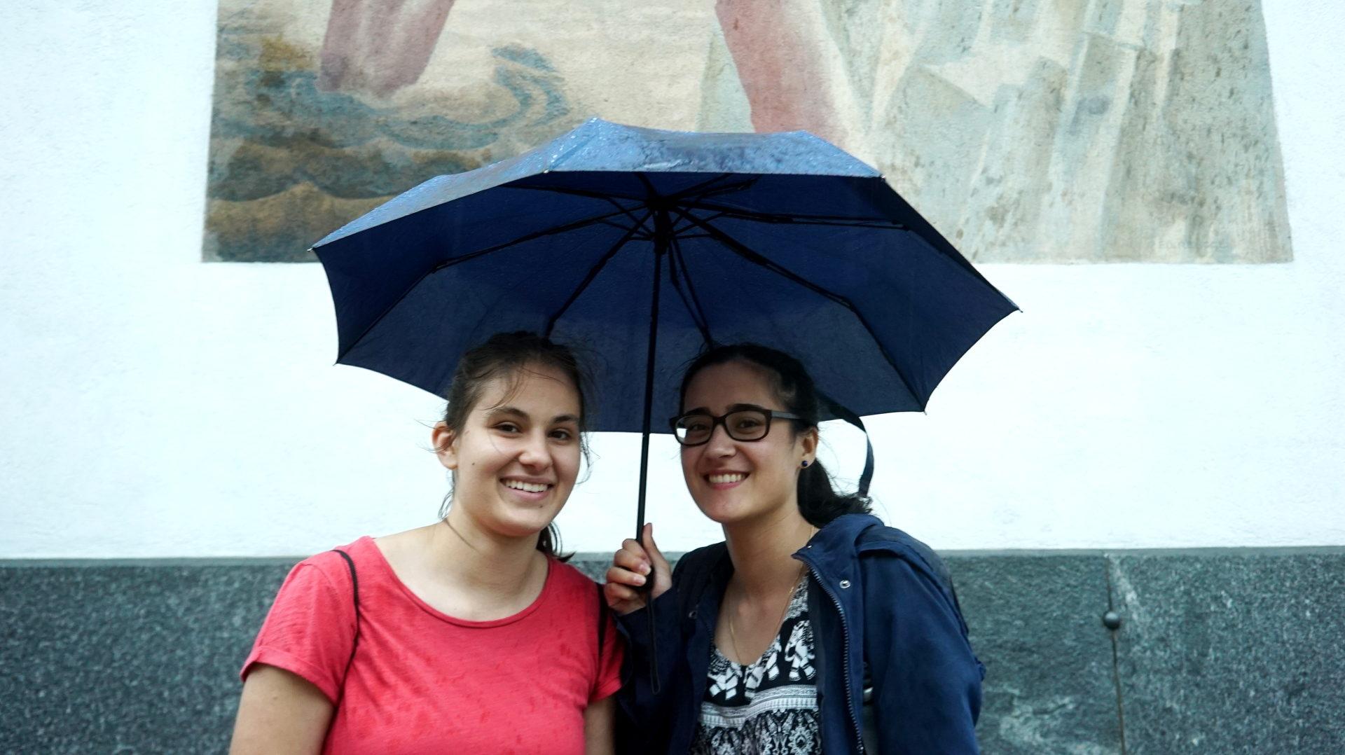 Antina Keller (links) zusammen mit einer anderen Teilnehmerin, im Rücken die Fassade der Luzerner Peterskapelle | © Vera Rüttimann