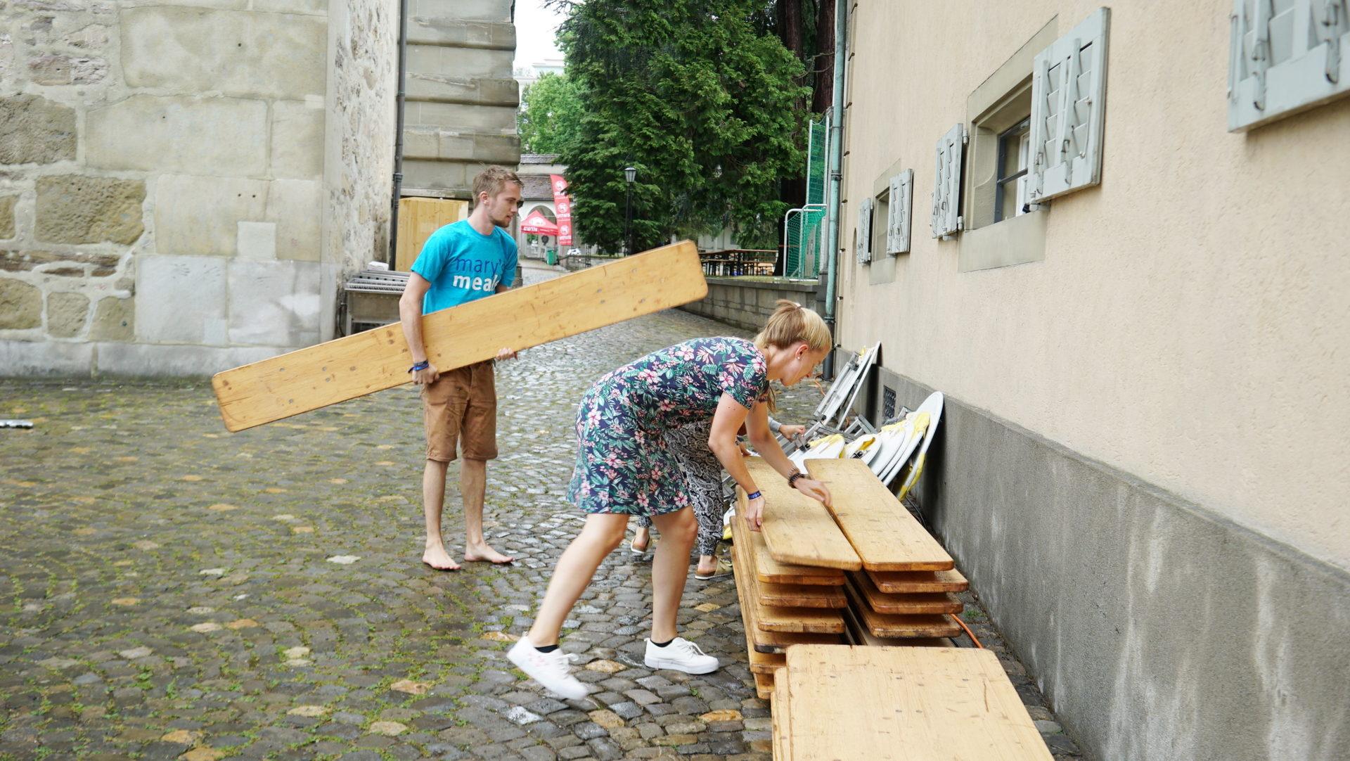 Jugendliche beim Aufräumen nach dem Sturm | © Vera Rüttimann