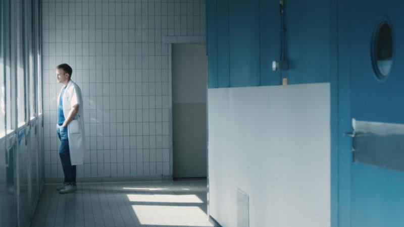 Die sterbende Mutter verändert seinen Blick – das ist für Arzt Simon (Jérémie Renier) sehr erhellend. Filmbild aus «L'ordre des médecins». © cineworx