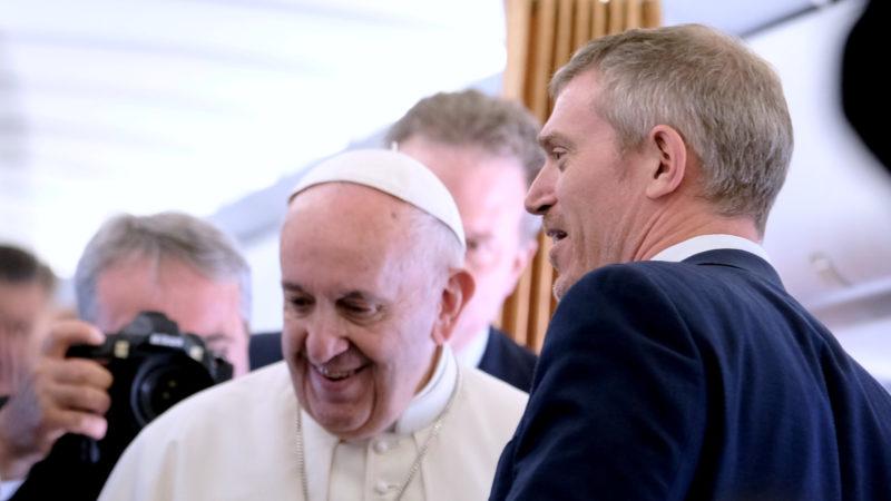 Matteo Bruni (r.) neben Papst Franziskus | © Oliver Sittel