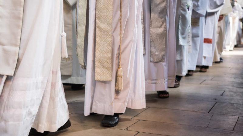 Priester beim Einzug in einen Gottesdienst   © kna
