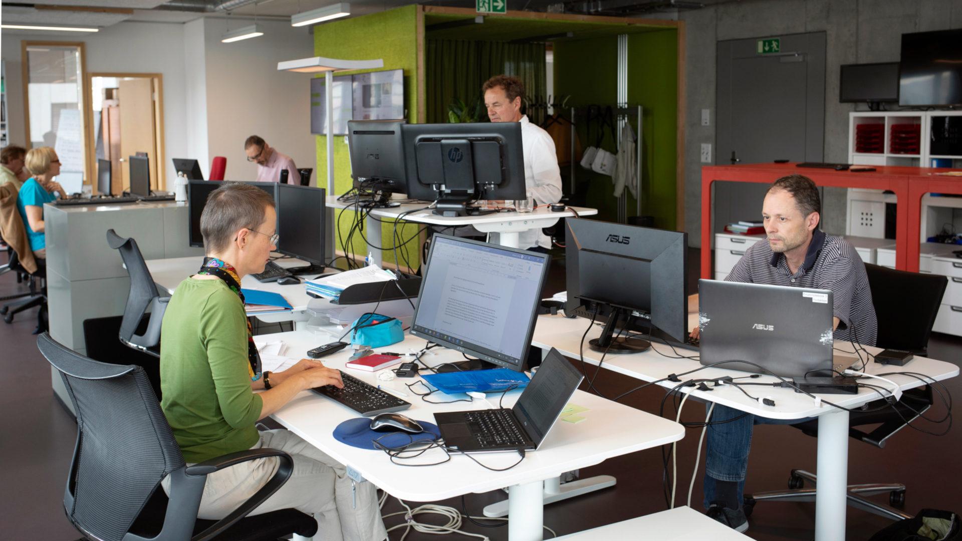 Redaktion kath.ch an der Arbeit | © Christoph Wider