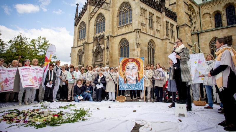 Frauen demonstrieren für die Gleichstellung innerhalb der katholischen Kirche – Kundgebung in Münster | © kna