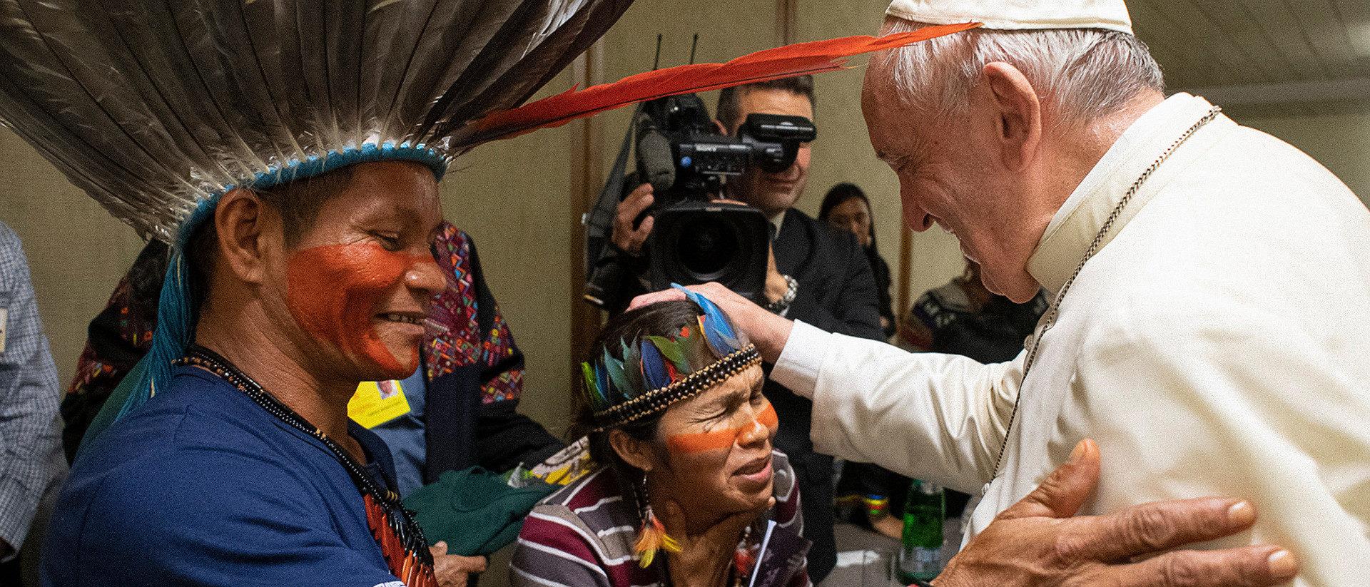 Papst Franziskus mit indigenen Teilnehmern der Amazonassynode im Vatikan   ©KNA