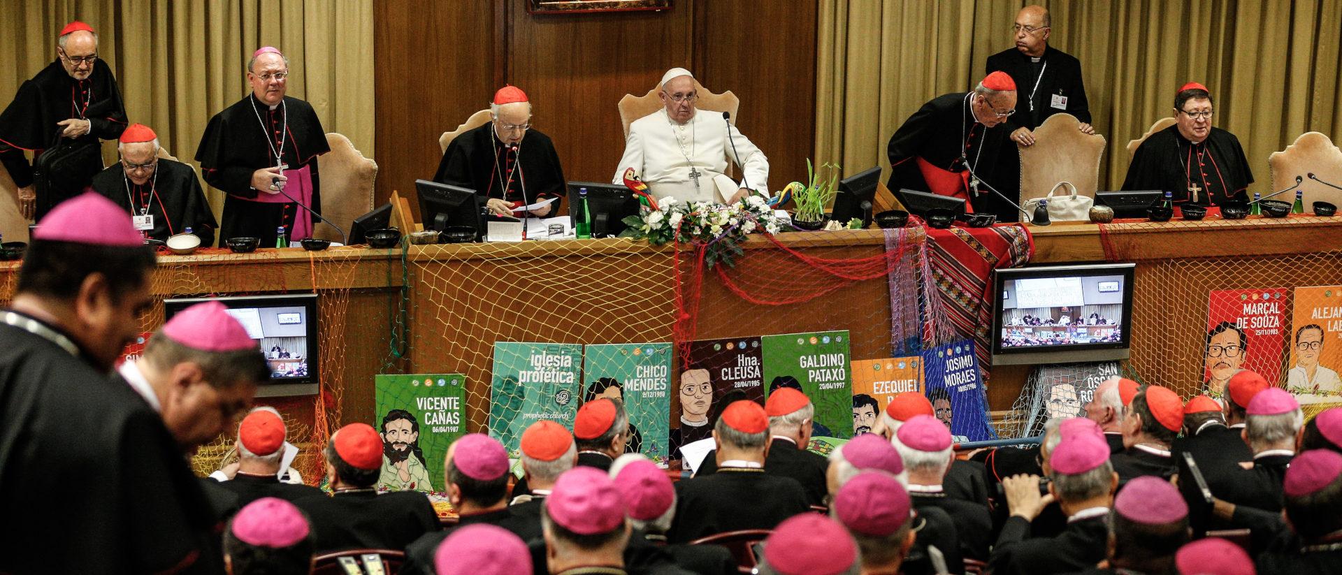 Papst Franziskus und Synodenteilnehmer in der Synodenaula.