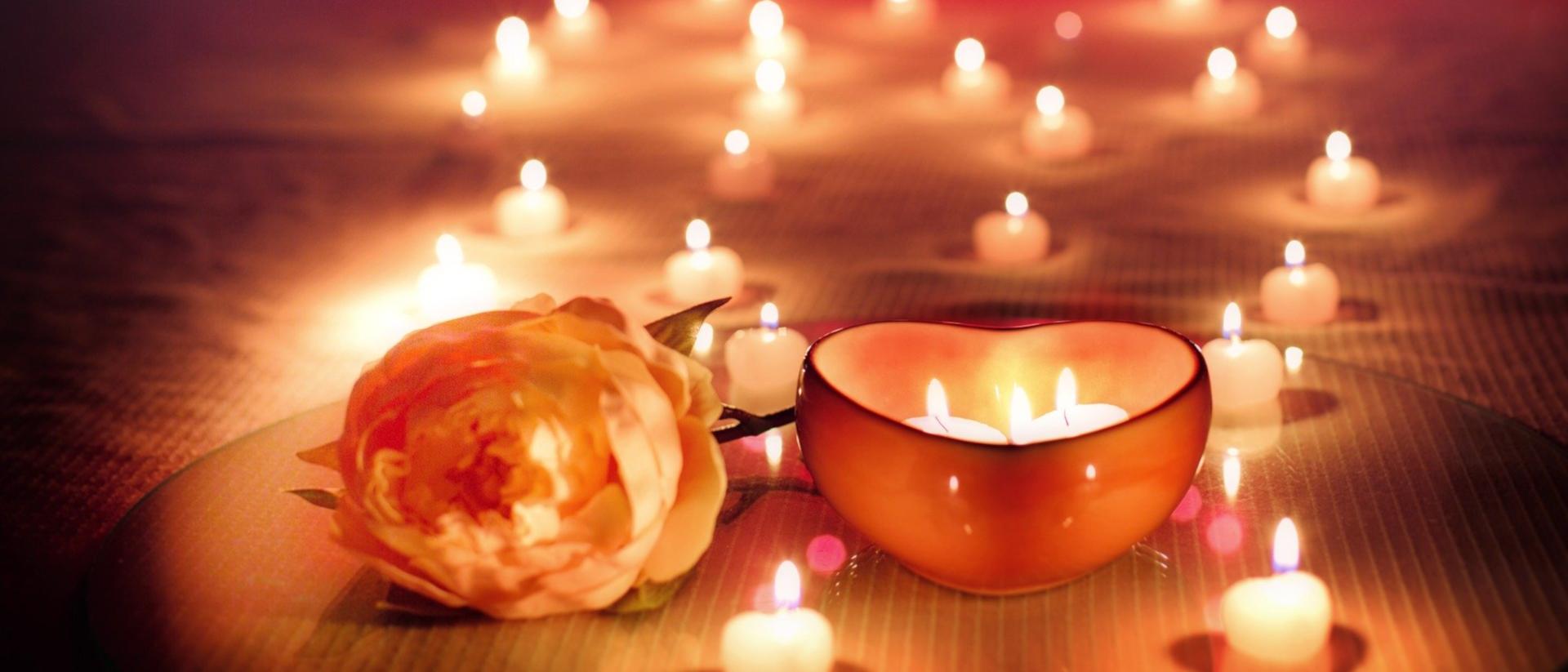 Kerzen und Rose