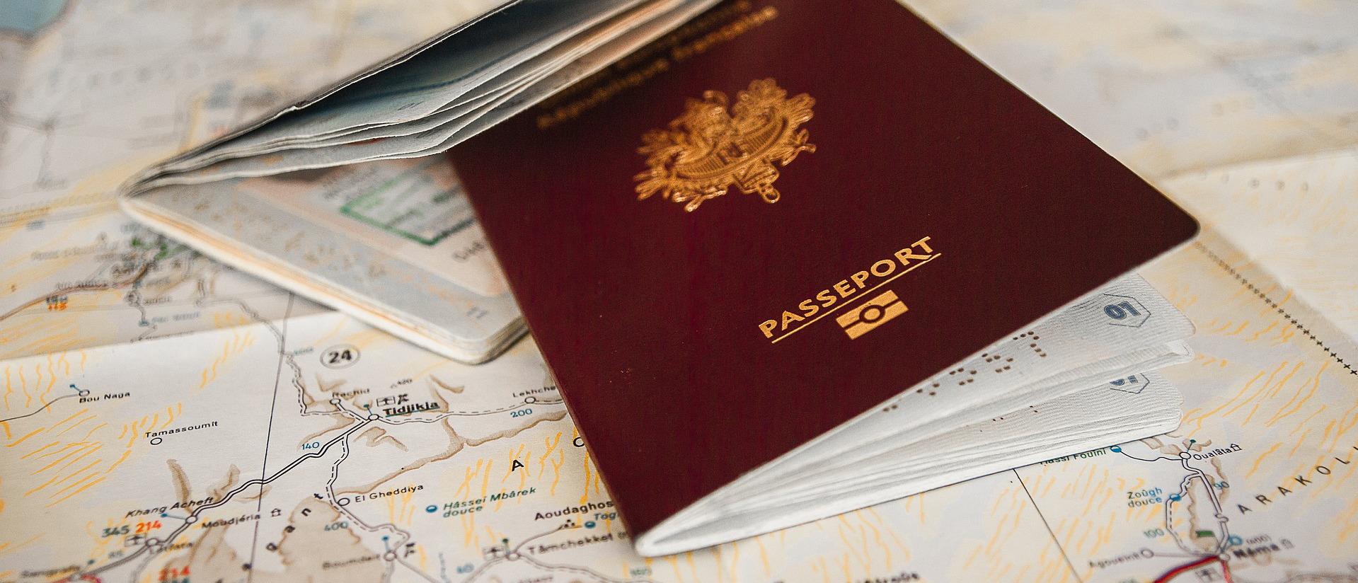 Reisepass auf Landkarte