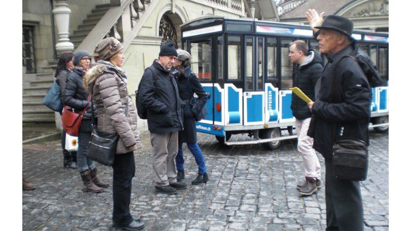 Unterwegs mit Jean Winiger (rechts) in Freiburg auf den Spuren von Niklaus von Flüe. Ein interessantes Mitmachprojekt der «L'Association des amis de Frère Nicolas».  (© Doris Hellmüller)