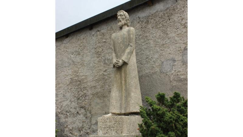 Statue von Hugo Imfeld (1916–1993) vor dem Kloster Engelberg. Die 1941 zu Ehren von Niklaus von Flüe errichtete Statue ist im Hinblick auf das Gedenkjahr restauriert worden. (© Bild Mike Bacher)