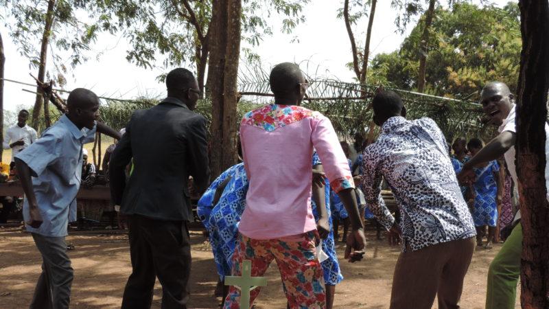 Christen und Christinnen in Kpassa in Ghana tanzen vor einem Kruzifix. Das Leiden von Christus wurde an einem Karfreitag so gefeiert | © 2015 Roshy Robert