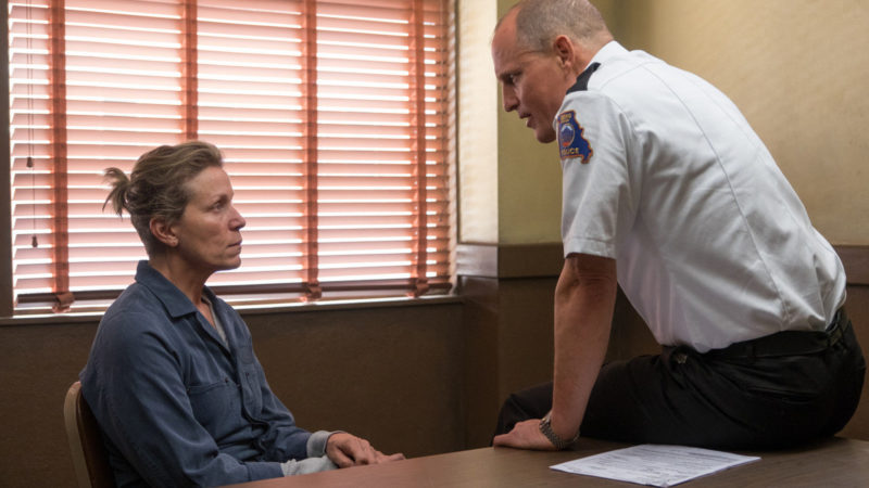 Filmstill aus «Three Billboards Outside Ebbing, Missouri». Die Mutter Mildred Hayes (Frances McDormand) und Polizeichef William Willoughby (Woody Harrelson)  | © Twentieth Century Fox