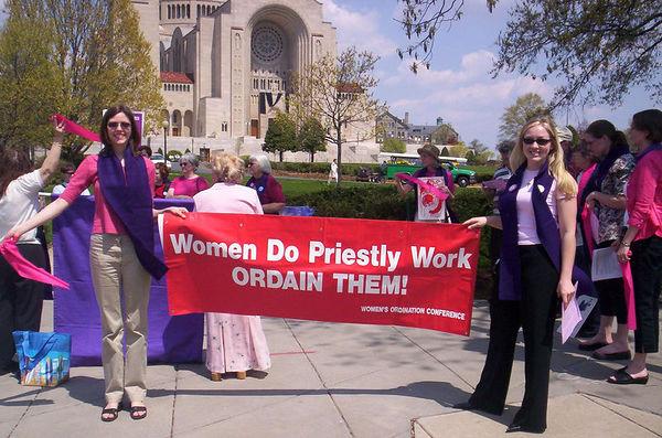 Frauen leisten priesterliche Dienste – ordiniert sie!©Women's Ordination Conference, mit freundlicher Genehmigung: www.womensordination.org