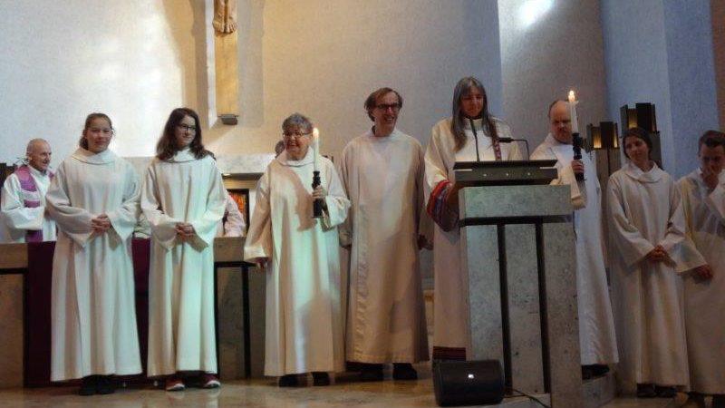 Menschen mit und ohne geistiger Behinderung gestalten gemeinsam einen Gottesdienst| © www.se-ma.ch