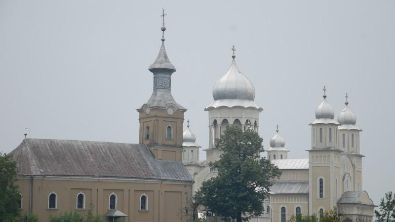 Une église gréco-catholique unie à Rome (à gauche) à côté d'une église orthodoxe, en Roumanie | © Jacques Berset
