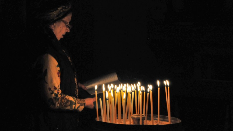Prière à la basilique du Saint Sépulcre à Jérusalem (photo Maurice Page 2014)