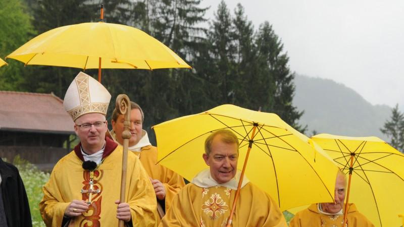 Mgr Charles Morerod, évêque de LGF, lors de la messe télévisée et arrosée, le 12 mai 2013 à Estavannens en Gruyère  (photo Maurice Page)