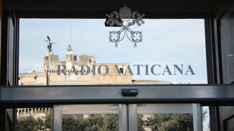 Enseigne de Radio Vatican avec le reflet du Château Saint-Ange (Photo: Bernard Bovigny)