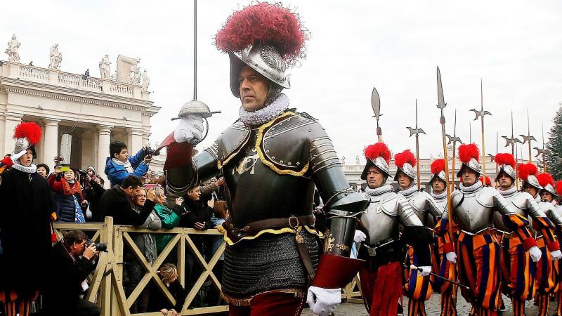 Christoph Graf et la garde suisse sont prêts à faire face à toute menace contre le pape  (Photo:Keystone)