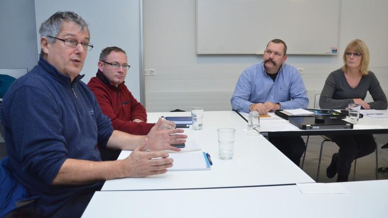 Wendelin Bucheli (g.) est soutenu par le Conseil de paroisse de Bürglen (à partir de la gauche, l'agent pastoral René Deiss, Peter Vorwerk, vice-président du Conseil de paroisse et Susanne Bätscher-Planzer, présidente du Conseil de paroisse| © 2015 zVg)