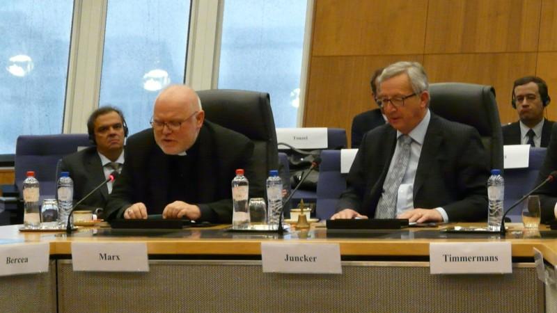 Le cardinal Reinhard Marx, président de la COMECE, à côté de Jean-Claude Juncker, en mars 2015 à Bruxelles (Image: COMECE)