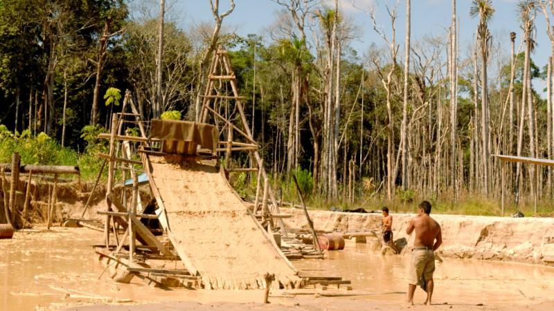 Mine d'or clandestine à la frontière entre le Pérou et le Brésil, en Amazonie | © JC Gerez