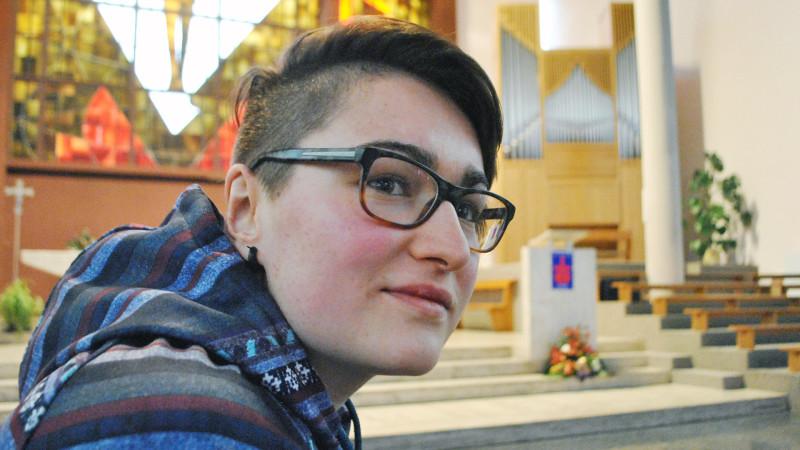 Le regard serein et la conviction assurée. Clémentine Dubuis sait que l'Eglise, à terme, bénira l'amour qu'elle porte pour son amie. (Photo: Pierre Pistoletti)