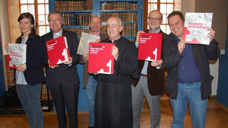 De gauche a droite, la secrétaire de rédaction Thalia Brero, le chanoine Olivier Roduit, Pierre-Alain Mariaux, Mgr Joseph Roduit, Bernard Andenmatten et Laurent Ripart (Photo: Jacques Berset)
