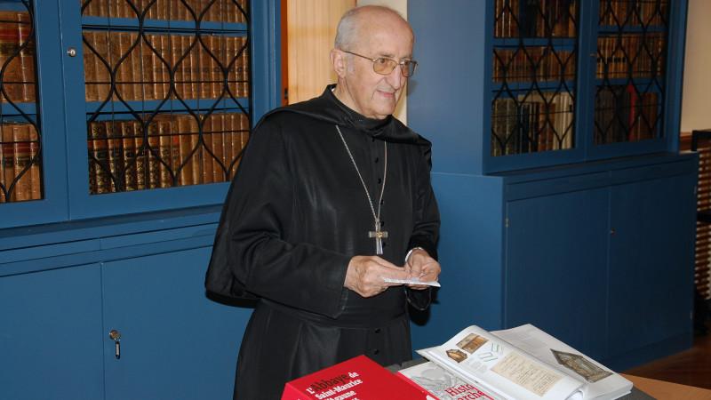Mgr Joseph Roduit présente l'ouvrage du Jubilé (Photo:  Jacques Berset)