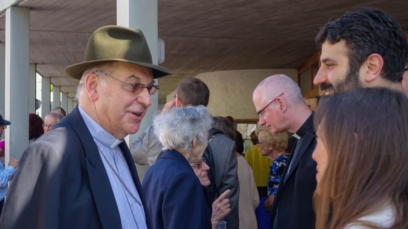 Mgr Pierre Farine et  Mgr Charles Morerod saluent les paroissiens d'Onex (Photo:  Maurice Page)