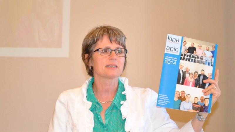 La co-présidente Beatrix Ledergerber  présente le dernier rapport annuel de  Kipa-Apic  (Photo: Maurice Page)