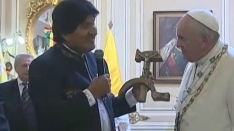 Evo Morales, le président bolivien, offre au pape un crucifix en forme de marteau et de faucille. (Photo: capture-écran/DR)