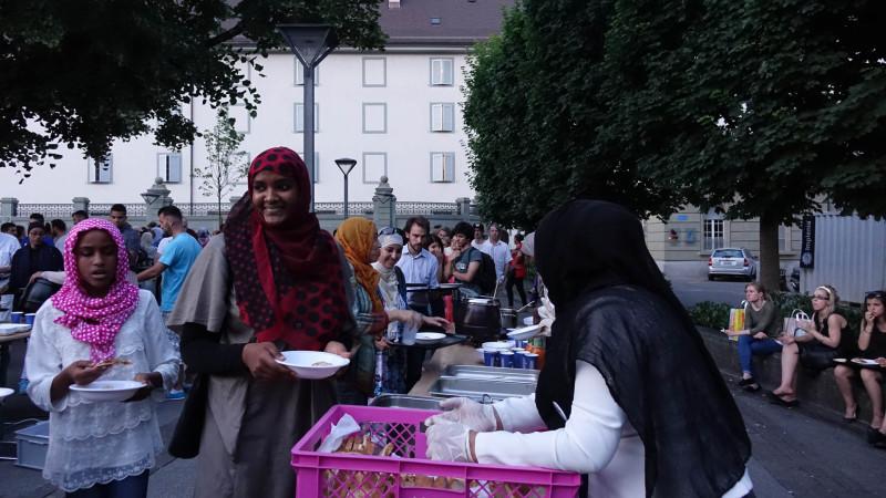 Rupture du jeûne du ramadan le 2 juillet 2015 à Fribourg (photo Maurice Page)