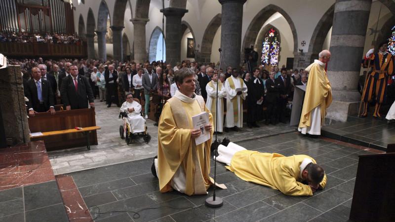 Le prieur s'est allongé sur le sol pour la longue invocation litanique (photo: Bernard Hallet)