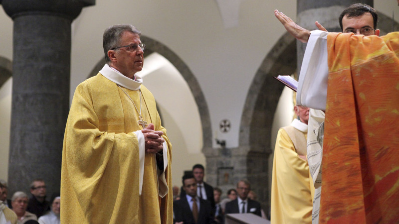Jean Scarcella reçoit la bénédiction abbatiale (Photo: Bernard Hallet)